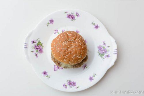 セブンイレブングルメバーガー4種のチーズ皿盛り