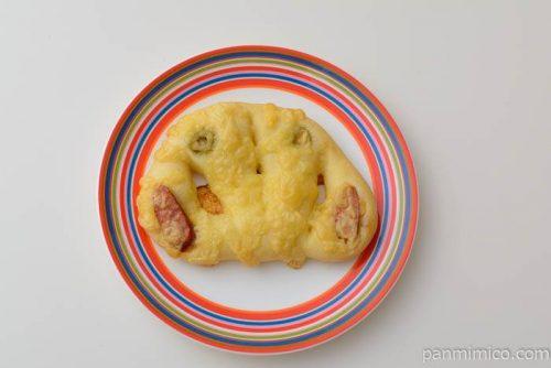 ブーランジェリーラ・リュンヌピリ辛ソーセージのパン