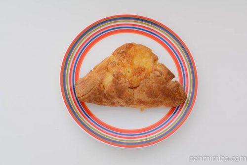 タカキベーカリーチーズカレーデニッシュ皿盛り