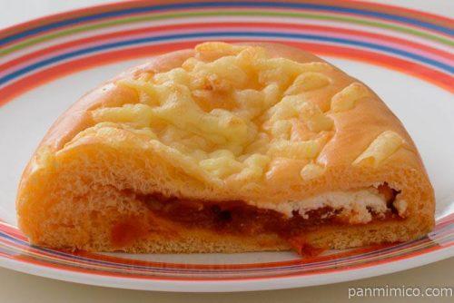 ファミマさわやかな酸味のトマトとクリームチーズのパン中身