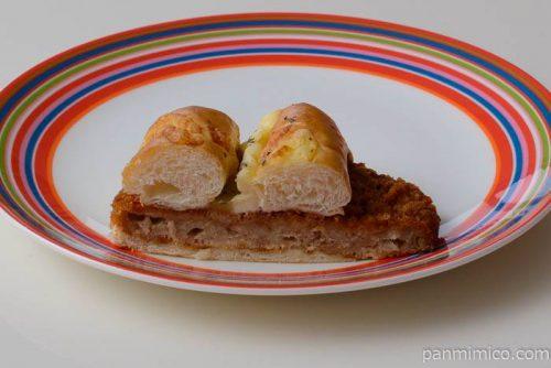 ヤマザキチーズをのせた大きいメンチカツパン中身