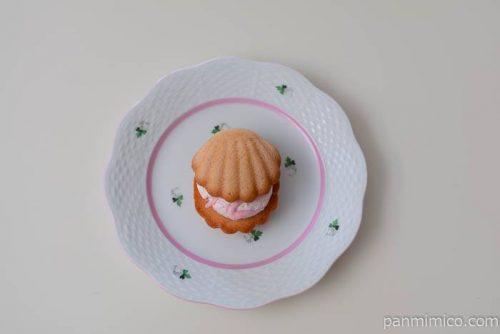 ファミマパールマドレーヌピーチクリーム皿盛り
