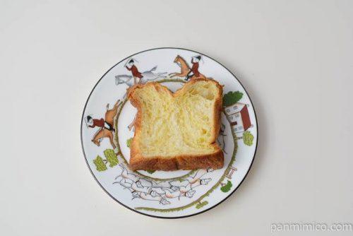 ファミマデニッシュ食パンバターと生クリーム入り皿盛り