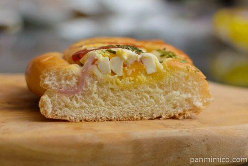 ファミマベーカリー手巻きロースハムのエッグパン中身