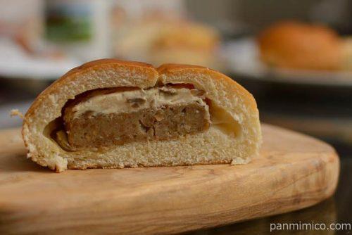第一パン3種のきのこマヨハンバーグパン中身