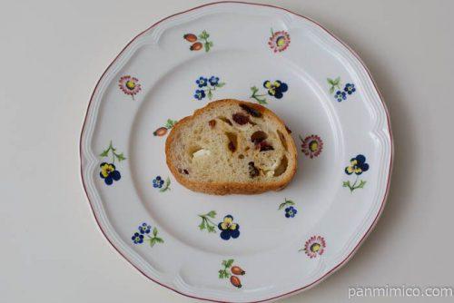 ヤマザキ3種の果実とチーズクリームのパン皿盛り