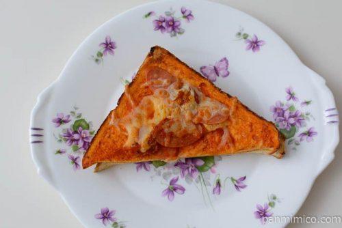 ファミマ炎のピザトーストチョリソー&赤唐辛子入り皿盛り