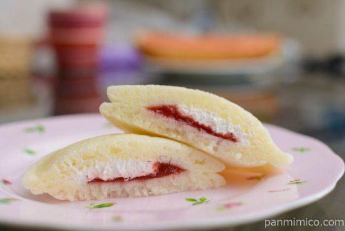 ファミマ白いパンケーキいちご&ミルク中身