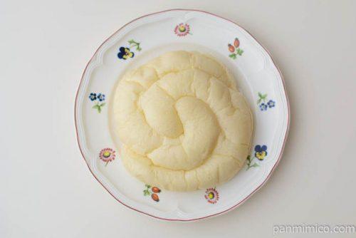 フジパン白い練乳クリームパン皿盛り
