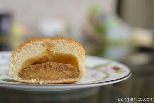 ヤマザキ薄皮キャラメルマキアートクリームパン中身