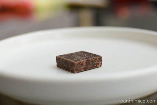 明治チョコレート効果72粗くだきカカオ豆皿盛り