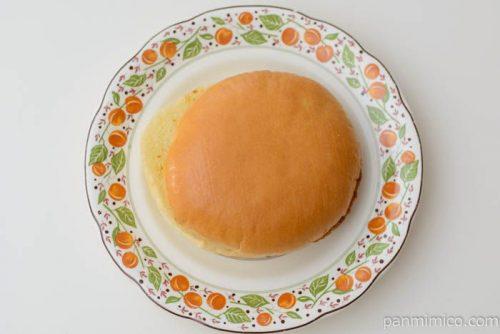ヤマザキふっくらメンチカツバーガー3種のチーズ入りチーズクリーム皿盛り