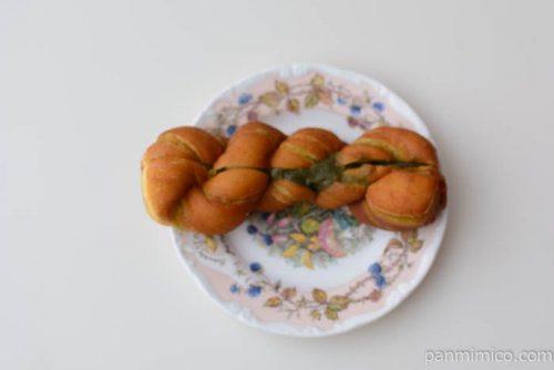 ほろにが抹茶のツイストドーナツ【フジパン】皿盛り