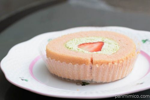 プレミアム苺とピスタチオクリームのロールケーキ【ローソン】皿盛り