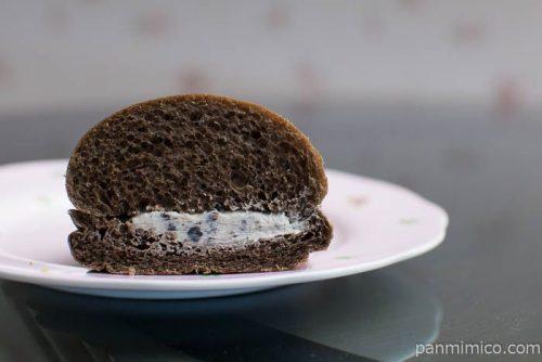 ローソン もっちりとした黒いコッペパン クッキー&クリーム中身