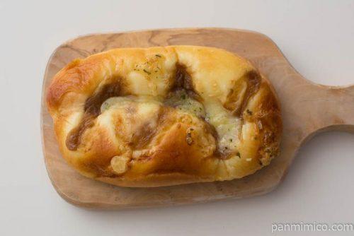 あめ色たまねぎとチーズのパン【ファミリーマート】皿盛り