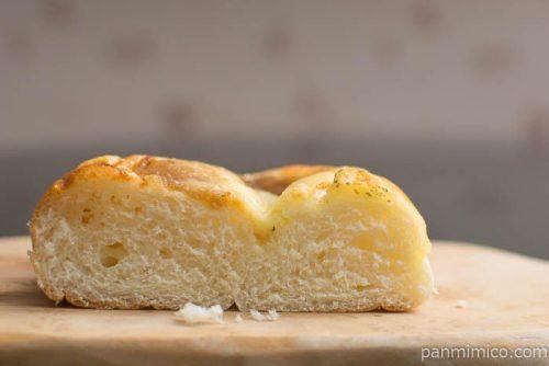 あめ色たまねぎとチーズのパン【ファミリーマート】中身