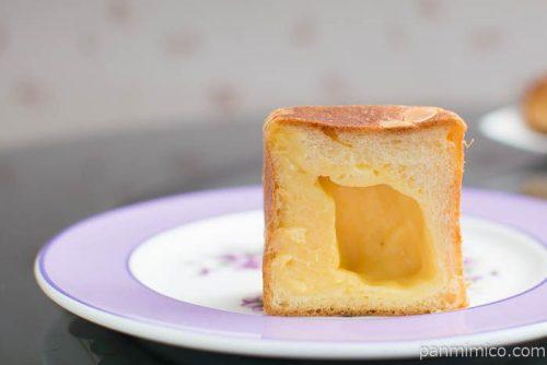 神戸三宮【ブーランジェリー コム・シノワ】タヒチバニラのクリームパンの中身はこんな感じ