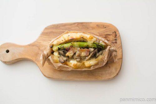 ブーランジュリ・オノしめじとイベリコ豚のベーコンとアスパラのパンを上から見た図