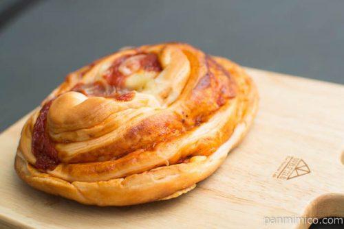完熟トマトのピザパン【ヤマザキ】横から見た図