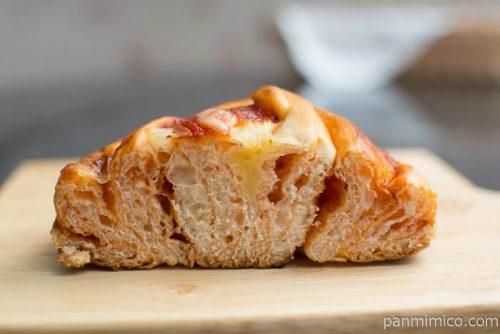 完熟トマトのピザパン【ヤマザキ】中身はこんな感じ