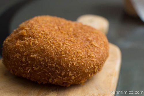 ヤマザキ ハンバーグドーナツ(きのこ入りデミグラスソース)横から見た図