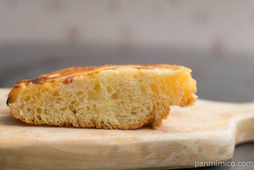 こんがりチーズのベーコン&ポテトパン【ファミリーマート】中身はこんな感じ