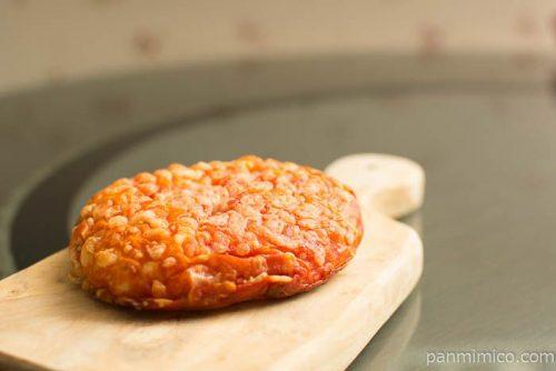 完熟トマトのピザパン【ファミリーマート】横から見た図