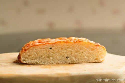 完熟トマトのピザパン【ファミリーマート】中身はこんな感じ