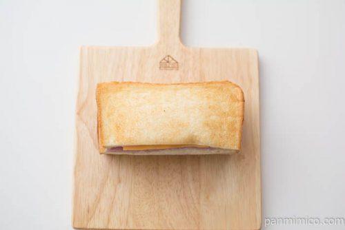ハムとチェダーチーズに、濃厚なベシャメルソース上から見た図