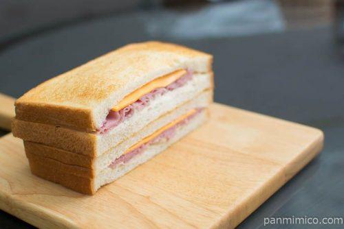ハムとチェダーチーズに、濃厚なベシャメルソース横から見た図