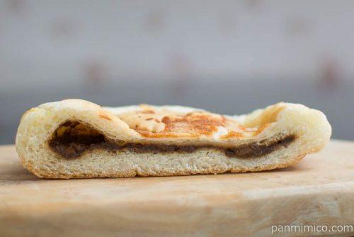 ファミリーマート こんがりチーズの平焼きビーフシチューパン中身はこんな感じ