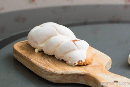 練乳とホワイトチョコのパン【タカキベーカリー】横から見た図