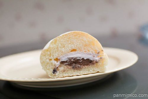 いちごホイップ&チョコクリームコッペパン【ヤマザキ】中身はこんな感じ
