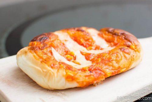 シャキシャキたまねぎのピザパン【ヤマザキ】横から見た図