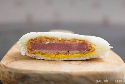 ヤマザキ ランチパック(肉厚ハムカツとレッドホットカレー)断面図ハムカツ