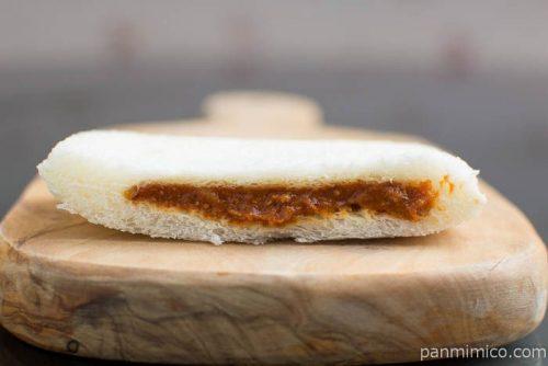 ヤマザキ ランチパック(肉厚ハムカツとレッドホットカレー)断面図レッドホットカレー