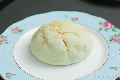 ホイップ入りメロンパン(北海道産メロンの果汁入りホイップ)横から見た図