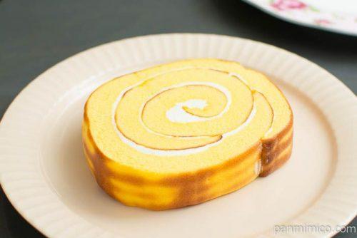 チーズのロールケーキ(北海道産チーズ入りクリーム)【ヤマザキ】横から見た図