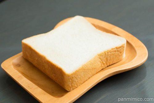 セブンプレミアム ゴールド もっちり食感金の食パン厚切り2枚入横から見た図