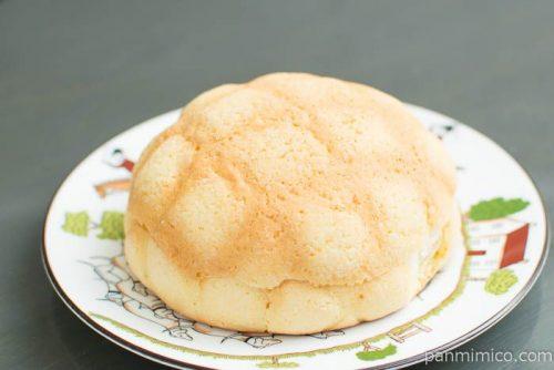 たっぷり!ホイップメロンパン【ファミリーマート】横から見た図
