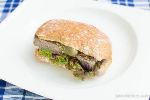 【プラス ドゥ パスト】自家製田舎風パテのサンドイッチ横から見た図