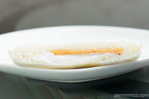 ランチパック(塩キャラメル板チョコ&ホイップ)【ヤマザキ】断面図