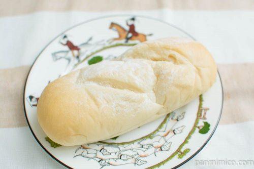 塩キャラメルクリームコッペパン【ヤマザキ】横から見た図