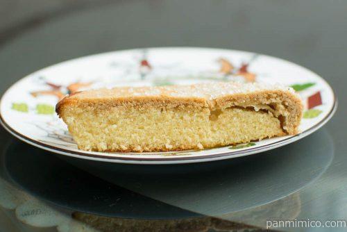 塩キャラメルクッキーケーキ(キャラメルコーンのペースト使用)【ヤマザキ】断面図