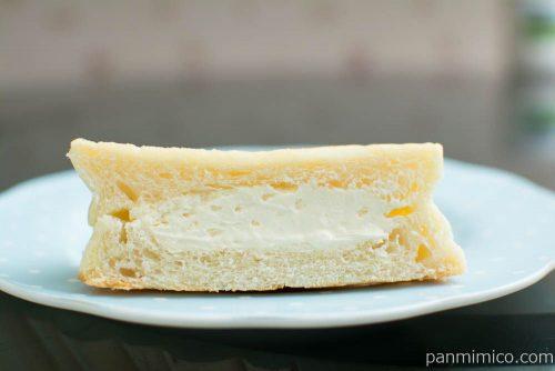 平焼きホイップメロンパン レアチーズ風味【Pasco】断面図