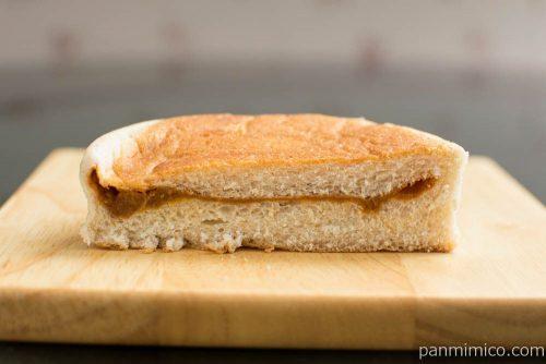 平焼きバターチキンカレーパン(全粒粉入り生地)【ローソン】断面図