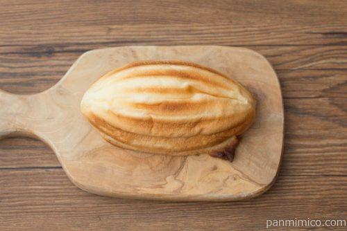 ラグビーボール型 勝カレーメロンパン【コープこうべ】上から見た図