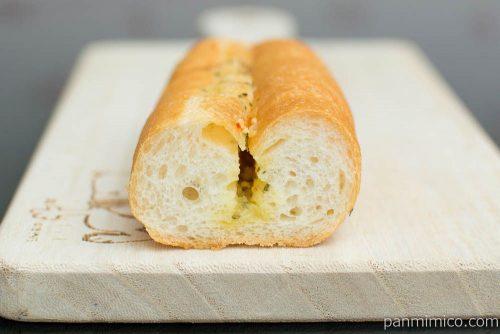 マチノパン オリーブオイルとバターのガーリックフランス 【ローソン】断面図