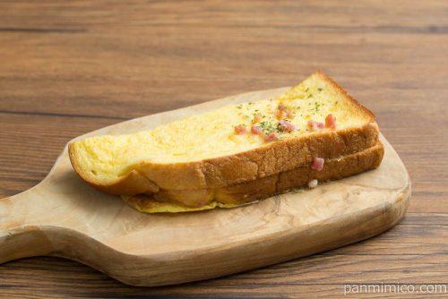 フレンチトースト ベーコン&チーズ【ローソン】横から見た図